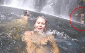 Úc: Cô gái cầm máy ghi hình kỉ niệm ở thác nước nhưng tình cờ quay được vụ tai nạn phía sau