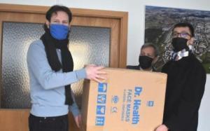 Người Việt tặng 2500 khẩu trang 4 lớp nhãn cho Praha 11